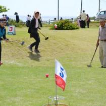 約220人が競技を楽しんだヨロンパナウル王国旗大会=9日、与論町のタツミパークゴルフ場