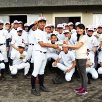 碩さん手作りの大高野球部応援歌CDを受け取る重原主将(前列左)=21日、大島高校