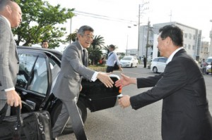 瀬戸内町で房町長(右)と握手を交わす武田副大臣=21日、同町役場
