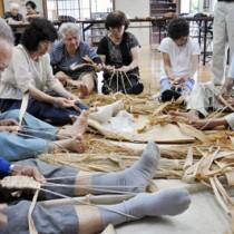 先輩会員からサバ作りを習った下城老人会の物作り教室=11日、下城公民館