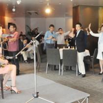 里アンナさんのライブで手踊りしながら盛り上がる参加者ら=7日、横浜マリンタワー