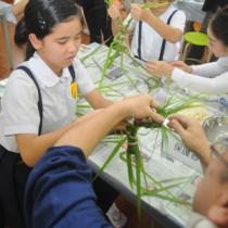 地域に伝わる伝統の「ガヤマキ」作りに取り組む児童=6日、大和村の名音小学校