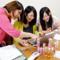 奄美市の制度を利用して化粧品開発の仕事を体験する学生(参考写真)=2013年8月、同市名瀬
