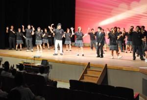 さまざまな出し物で会場を盛り上げた舞台発表=14日、徳之島町文化会館