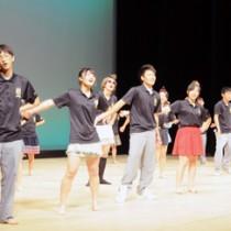 息の合ったダンスで会場を盛り上げた3年生の舞台発表=11日、知名町のあしびの郷・ちな