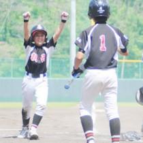 決勝戦・五回にランニングホームランを放ち、ガッツポーズする朝日野球SPの藤崎=7日、奄美市の名瀬運動公園市民球場