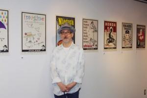 「現代かわら版」展を開いた幸田哲弘さん=東京・銀座の画廊と作品の一つ「おもてざた」