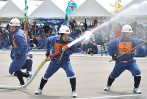 各消防団が訓練の成果を競った消防操法大会=22日、瀬戸内町古仁屋