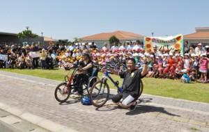 約200人の声援を受けて徳之島1周に挑む森圭一郎さん(手前左)=6日、伊仙町