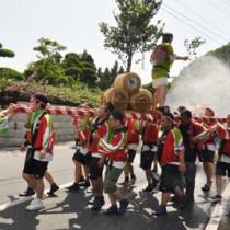 五穀豊穣を祈願してみこし連が集落を練り歩いた豊年祭=8日、徳之島町花徳