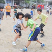 レクリエーションなどを通してタグラグビーの魅力に触れた大和っ子スクールの第1回講座=14日、大和村の大和中学校校庭