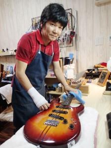 「ギターは生き物」と表現する大野さん。「手入れ次第で末永く使うことができる」と定期メンテの大切さを訴える