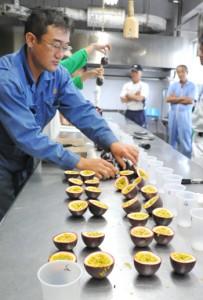生産者が手塩にかけて育てたパッションフルーツの果実が持ち込まれた検討会=10日、瀬戸内町