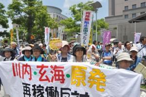 鹿児島県庁前で川内原発の再稼働反対を訴える参加者=13日午後0時56分、鹿児島市