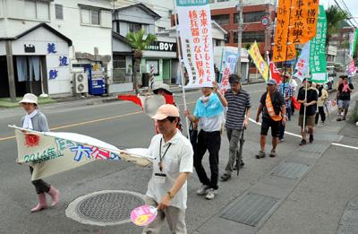 脱原発や核兵器廃絶を訴えて行進する参加者=9日、奄美市名瀬
