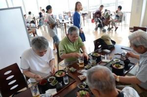 観光客や住民でにぎわう「せとうち海の駅レストラン」=22日、瀬戸内町古仁屋
