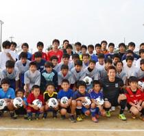 浦和レッズ・加藤選手が与論の子どもたちにボール