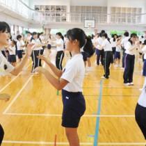 ダンスで交流する鹿児島大学の大学生(左)と節田小児童=20日、奄美市笠利町