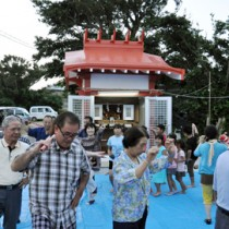 殿智神社例祭で総踊りを奉納する集落住民=12日、知名町上平川