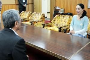 朝山市長(手前)を表敬訪問し、撮影協力への感謝などを述べる河瀬監督=16日、奄美市役所