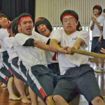校区対抗の綱引きに力を入れる生徒=15日、与論高校体育館
