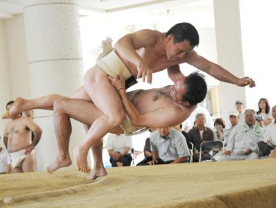 激しいぶつかり合いを繰り広げた奄美社会人相撲大会=8日、奄美市の名瀬中学校相撲場