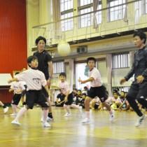 約120人が参加したヴィッセル神戸の選手らによるサッカー教室=11日、徳之島町