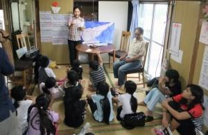 「島口説」の歌詞から島の歴史や文化を学ぶ子どもたち=9日、知名町下平川