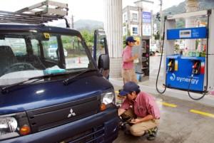 写真:ガソリン販売以外の収入確保を見込む洗車サービス=24日、奄美市名瀬のガソリンスタンド