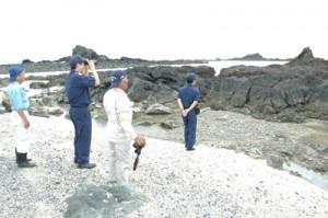 シラヒゲウニ漁の解禁を前に沿岸をパトロールする漁業者ら=27日、奄美市名瀬