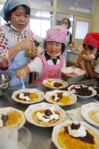 スモモのジャムやコンポートで大和村特製パンケーキを手作りした=19日、大棚小学校