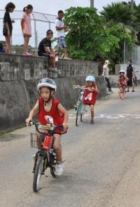 小中学生120人がスイムやバイク、ランで競ったチャレンジKIDS徳之島大会=28日、天城町