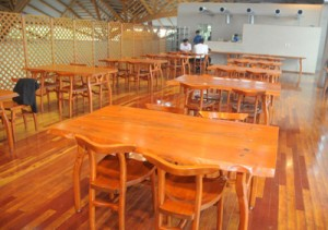 今年4月以降、空き店舗となっていた奄美パーク内のレストラン。7月5日に営業再開する=20日、奄美市笠利町節田