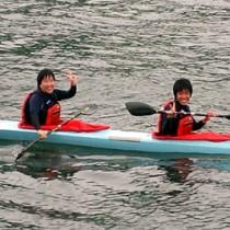 少年カヤックペアの部で2位入賞。国体への出場を決めた上和田(前)と山野=13日、水俣市