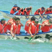 力強いかいさばきで観客を沸かせた舟こぎ競争=20日、龍郷町