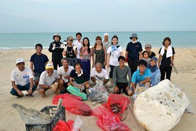 「拡大ゴミ拾いDAY」で集めたごみと参加者=10日、与論町の大金久海岸