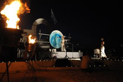 音楽とアートの幻想的な世界が広がった月酔祭=12日、与論町の茶花海岸