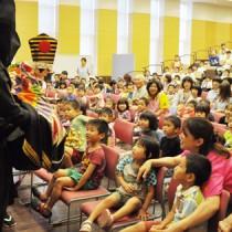子どもたちが伝統芸能に理解を深めた人形浄瑠璃「文楽座」の公演=2日、伊仙町