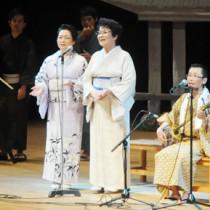 出演者が自慢ののどを披露して聴衆を楽しませた「シマあすびの夕べ」=31日、奄美市名瀬の奄美文化センター