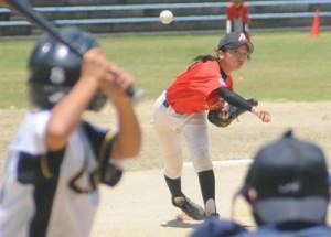 女子選手の活躍も光った軟式野球=26日、瀬戸内町清水運動公園陸上競技場