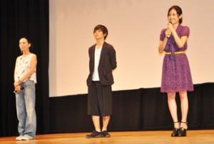 舞台あいさつする河瀬監督、村上虹郎さん、吉永淳さん(左から)=21日、りゅうゆう館
