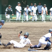 【徳之島―川辺】四回、犠飛で生還する富山将=16日、鴨池市民球場