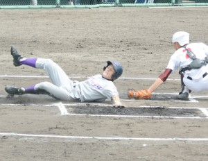 初回、南の適時三塁打で山畑が返り、古仁屋が先制=5日、県立鴨池球場