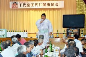 激励会で島民を前にあいさつする千代皇関=6月29日、与論町の茶花自治公民館