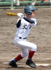 六回の猛攻。右中間越えの適時二塁打を放つ武田翔=15日、鴨池市民球場
