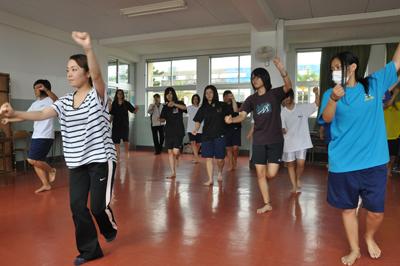 琉球舞踊を取り入れたダンスの練習に励む生徒ら=10日、天城町の樟南第二高校