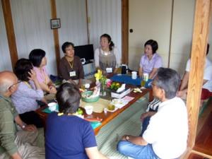 瀬戸内町の先輩移住者宅で移住後の暮らしについて話を聞く参加者=2013年9月、瀬戸内町手安(同町提供)