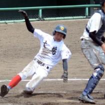 七回裏、竹山の適時打で白井が決勝のホームを踏む=18日、県立鴨池球場