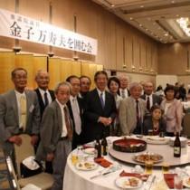 金子氏(中央)を囲む関西在住の奄美出身者ら=19日、兵庫県尼崎市