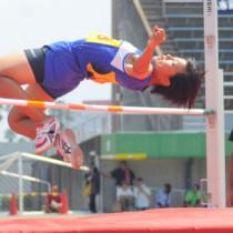 【女子共通走り高跳び】5位と健闘した池田彩華(和泊)=21日、県立鴨池陸上競技場
